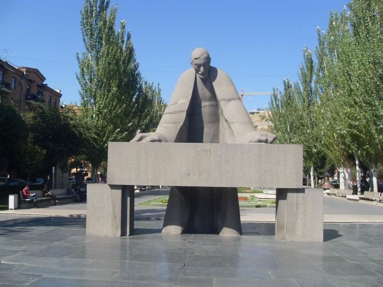 Alexandr Tamanian's statue in Yerevan